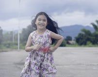 Piękny dziewczyna bieg z radością Zdjęcie Stock