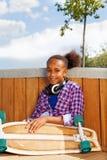 Piękny dziewczyna chwytów deskorolka z kołami up Obraz Royalty Free