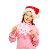 Piękny dziewczyna chwyta płatek śniegu jest ubranym Santa nakrętkę Obraz Stock