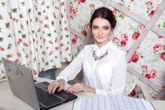 Piękny dziewczyna kierownik w piękno pracownianym pobliskim laptopie Zdjęcia Royalty Free
