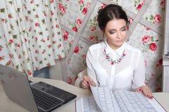 Piękny dziewczyna kierownik w piękno pracownianym pobliskim laptopie Obrazy Royalty Free