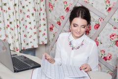 Piękny dziewczyna kierownik w piękno pracownianym pobliskim laptopie Obraz Stock