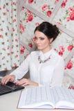 Piękny dziewczyna kierownik w piękno pracownianym pobliskim laptopie Fotografia Stock