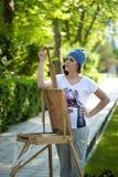 Piękny dziewczyna malarz pozuje dla sesja zdjęciowa. Fotografia Royalty Free