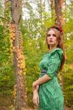 Piękny dziewczyna model w żółtych jesień liściach Zdjęcia Royalty Free