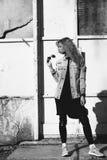Piękny dziewczyna modniś przeciw ścianie Obraz Royalty Free