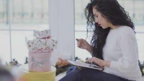 Piękny dziewczyna rozkaz boże narodzenie prezenty w online sklepie zbiory