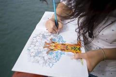 Piękny dziewczyna rysunek w albumu fotografia stock