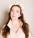 Piękny dziewczyna supermodel w wianku kwiatu zbliżenia portret fotografia royalty free