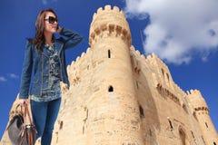 Piękny dziewczyna turysta przy grodowym Aleksandria, Egipt - zdjęcie stock