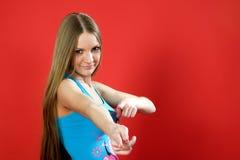 Piękny dziewczyna uśmiech pokazuje kciuki Obraz Stock