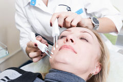 Piękny dziewczyny beautician robi stałemu makeup na kobiety fac fotografia stock