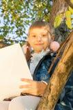 Piękny dziewczyny czytania list podczas gdy siedzący dalej Obraz Royalty Free