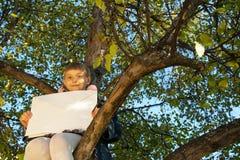 Piękny dziewczyny czytania list podczas gdy siedzący dalej Obrazy Stock