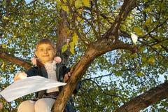 Piękny dziewczyny czytania list podczas gdy siedzący dalej Zdjęcie Stock