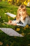 Piękny dziewczyny czytania list podczas gdy siedzący dalej Zdjęcia Royalty Free