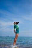 piękny dziewczyny doskakiwania piękny morze Zdjęcie Stock