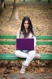 piękny dziewczyny laptopu portreta używać obraz royalty free