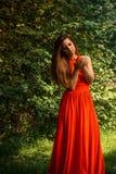 Piękny dziewczyny mienia jabłko w parku fotografia stock