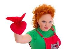Piękny dziewczyny mienia zabawki serce, odizolowywający zdjęcie royalty free