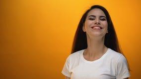 Piękny dziewczyny miotania plecy włosy i ono uśmiecha się kamera, cieszy się szczęśliwego życie zdjęcie wideo