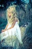 Piękny dziewczyny obsiadanie Obrazy Royalty Free