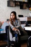 Piękny dziewczyny obsiadanie w barze z kamerą w ona ręki Fotografia Royalty Free