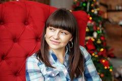 Piękny dziewczyny obsiadanie w pokoju Pojęcie nowy rok, Wesoło Chr Zdjęcie Royalty Free