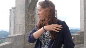 Piękny dziewczyny odprowadzenie na wierza i patrzeć miasto przegląd zbiory