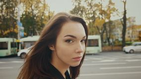 Piękny dziewczyny odprowadzenie w jesieni ulicie Wzorcowy odprowadzenie w zwolnionym tempie przy miastem zbiory