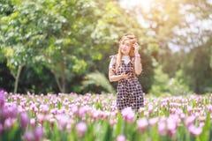 Piękny dziewczyny, technologii i czasu wolnego pojęcie, - dziewczyna z headp fotografia royalty free