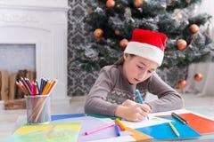 Piękny dziewczyny writing list Santa, czekać na boże narodzenia Fotografia Royalty Free