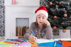 Piękny dziewczyny writing list Santa, czekać na boże narodzenia Zdjęcia Royalty Free