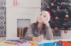 Piękny dziewczyny writing list Santa, czekać na boże narodzenia Obraz Royalty Free