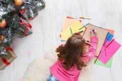 Piękny dziewczyny writing list Santa, czekać na boże narodzenia Obraz Stock
