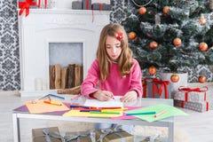 Piękny dziewczyny writing list Santa, czekać na boże narodzenia Zdjęcie Stock