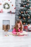 Piękny dziewczyny writing list Santa, czekać na boże narodzenia Fotografia Stock