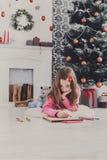 Piękny dziewczyny writing list Santa, czekać na boże narodzenia Zdjęcia Stock