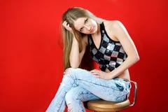 Piękny dziewczyny zamyślenia obsiadanie na krześle Fotografia Royalty Free