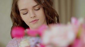 Piękny dziewczyny zrywanie kwitnie w bukiecie zakończenie zbiory