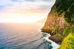Piękny dziki brzegowy sceneria widok z Bridal przesłona spadkami przy Ponta robi Poiso w madery wyspie (Veu da noiva) Blisko Port fotografia royalty free