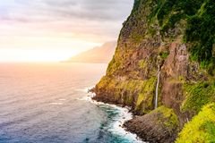 Piękny dziki brzegowy sceneria widok z Bridal przesłona spadkami przy Ponta robi Poiso w madery wyspie (Veu da noiva) Blisko Port zdjęcie royalty free
