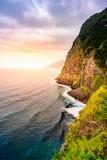 Piękny dziki brzegowy sceneria widok z Bridal przesłona spadkami przy Ponta robi Poiso w madery wyspie (Veu da noiva) Blisko Port fotografia stock