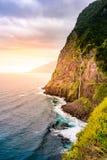 Piękny dziki brzegowy sceneria widok z Bridal przesłona spadkami przy Ponta robi Poiso w madery wyspie (Veu da noiva) Blisko Port zdjęcie stock