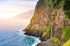 Piękny dziki brzegowy sceneria widok z Bridal przesłona spadkami przy Ponta robi Poiso w madery wyspie (Veu da noiva) Blisko Port obraz royalty free