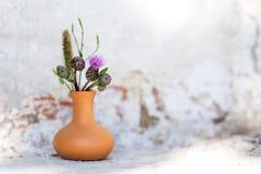 Piękny dzikich kwiatów bukiet, brown gliniana waza na kamiennym tle Lato czasu życia florystyczna fotografia wciąż shalna fotografia stock