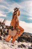 Piękny elegancki boho model ma zabawę przy zmierzchem outdoors zdjęcie royalty free