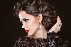 Piękny elegancki dziewczyna model z biżuterią, makeup i retro włosy, obrazy stock