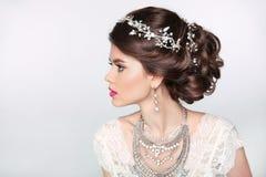 Piękny elegancki dziewczyna model z biżuterią, makeup i retro włosy, obrazy royalty free