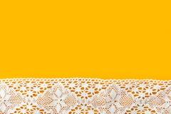 Piękny elegancki szy rzemiosło hobby mody odzieży tło z białą bawełny koronki granicą na jaskrawym żółtym tle zdjęcia stock
